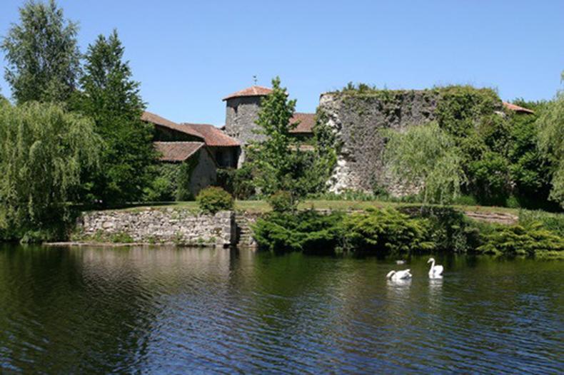 chateau entouré d'eau